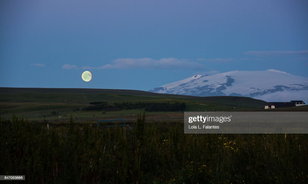 The moon and the volcano : Foto de stock