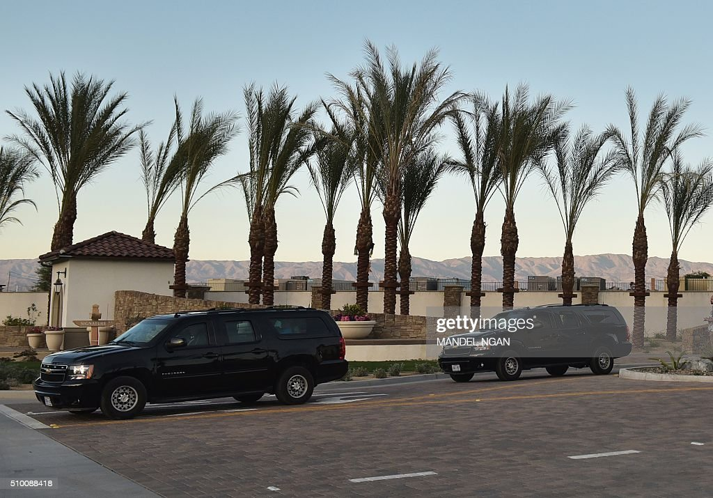 The motorcade of US President Barack Obama is seen after a day of golfing at PGA West on February 13, 2016 in La Quita, California. / AFP / MANDEL NGAN