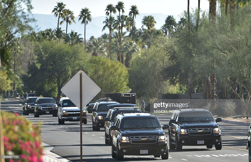 The motorcade of US President Barack Obama is seen as it takes him back to his resort after a visit to the gym on February 13, 2016 in Rancho Mirage, California. / AFP / MANDEL NGAN