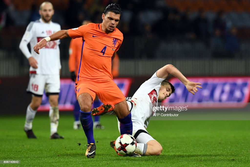 The Netherlands' Karim Rekik (L) and Belarus' midfielder Stanislav Dragun vie for the ball during the FIFA World Cup 2018 qualification football match between Belarus and the Netherlands in Borisov, outside Minsk, on October 7, 2017. / AFP PHOTO / Yuri KADOBNOV