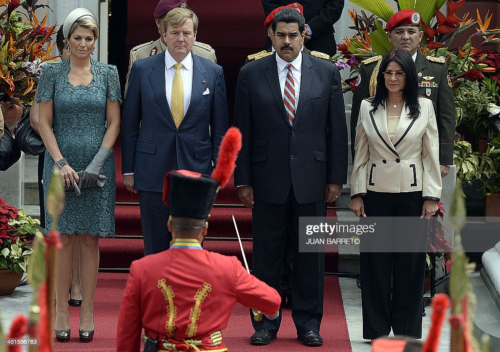 The Netherlands Queen Maxima, King Willem-Alexander, Venezuelan President Nicolas Maduro and Venezuela's first lady Cilia Flores during the welcoming ceremony at the Miraflores presidential palace in Caracas on November 23, 2013. AFP PHOTO/JUAN BARRETO