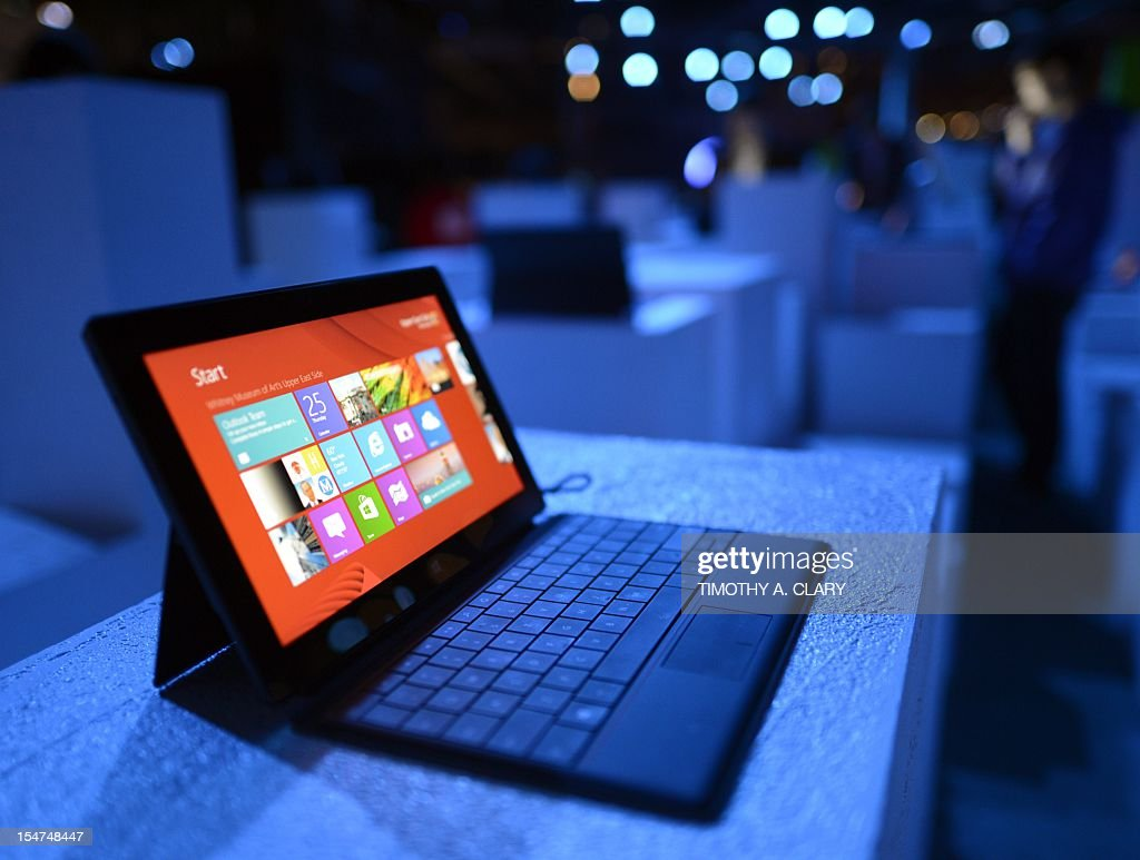 The new Microsoft Surface tablet on display following a press conference at Pier 57 to officially launch Windows 8 and the tablet in New York on October 25, 2012. Microsoft took a big step into mobile Thursday, unveiling a revamped version of its flagship Windows system and a offering a closer look at Surface, its entry into the hot tablet market. The new Windows 8 operating system and tablet to go on sale Friday mark a new offensive for the US tech giant seeking to keep pace with Apple and Google amid a dramatic shift away from PCs to mobile devices. AFP PHOTO / TIMOTHY A. CLARY