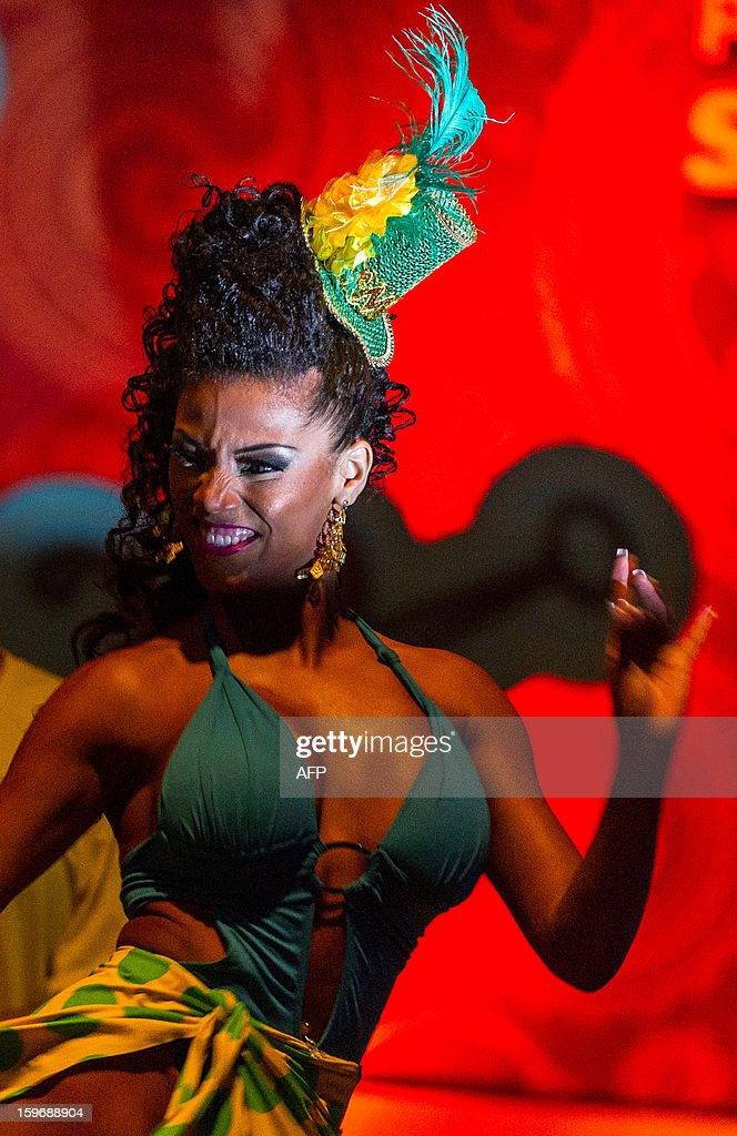 The new Queen of Sao Paulo's carnival, Ariellen da Silva Domiciano, dances during the competition for new King, Queen and Princess of the Carnival parade in Sao Paulo, Brazil, late on January 17, 2013. Sao Paulo's carnival is scheduled for February 8 and 9. AFP PHOTO/YASUYOSHI CHIBA