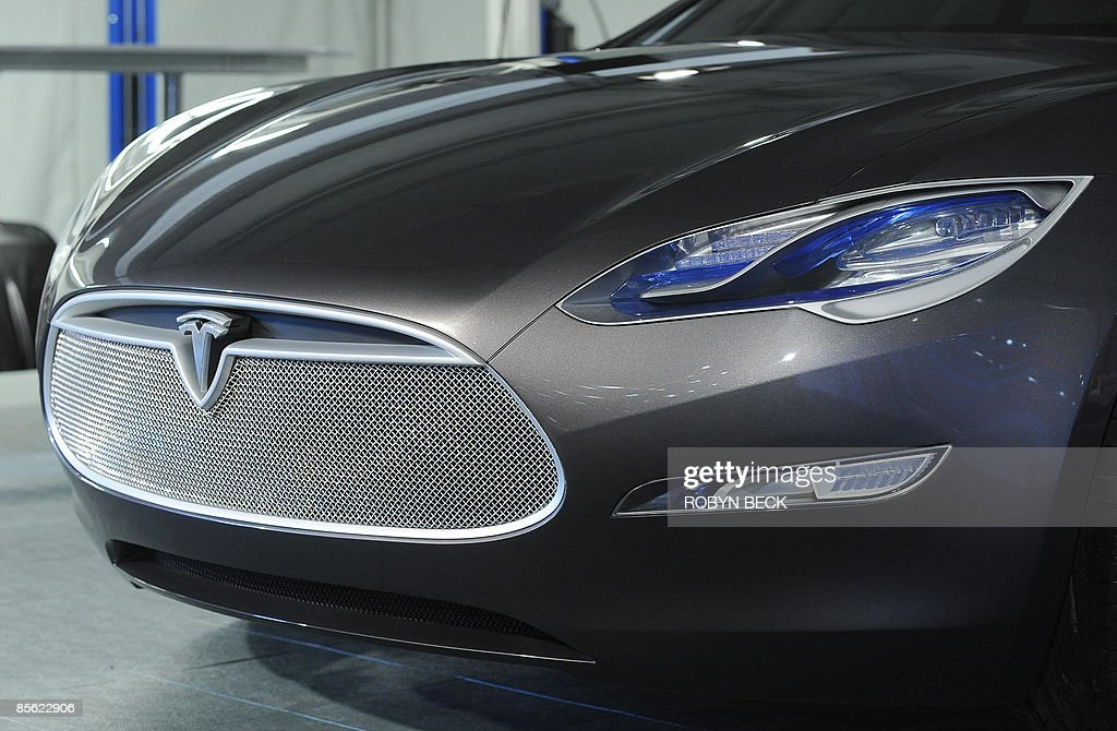 The new Tesla Model S all-electric sedan (L), at the car's unveiling in Hawthorne, California on March 26, 2009. The state-of-the-art, five-seat sedan will be the world's first mass-produced, highway-capable electric car. The car has an anticipated base price of 57,400 US dollars but will cost less than 50,000 after a federal tax credit of 7,500 dollars. AFP PHOTO / Robyn BECK