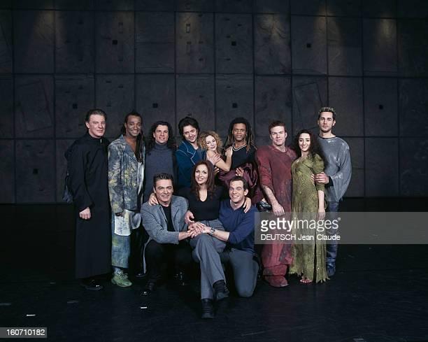 The New Troupe Of The Musical Notredame De Paris Portrait de groupe sur scène en vêtements de ville et en costumes de scène de nouveaux et d'anciens...