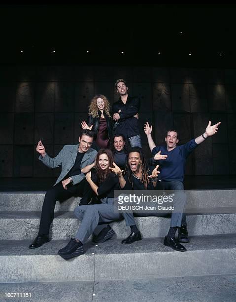 The New Troupe Of The Musical Notredame De Paris Portrait de groupe sur scène en vêtements de ville de nouveaux et d'anciens membres de la comédie...