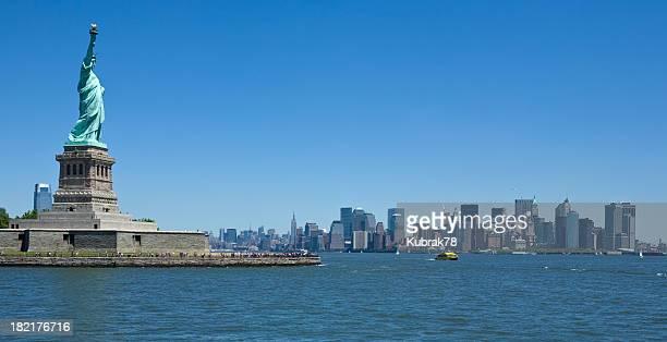 ニューヨークシティーの街並みと自由の女神像