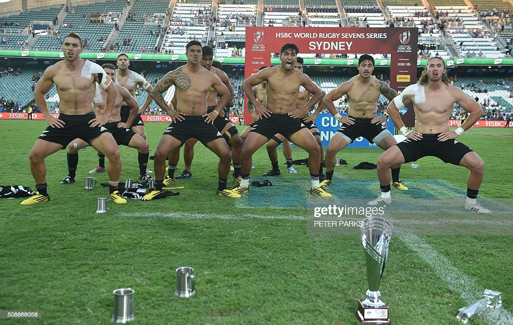 The New Zealand team do the Haka after beating Australia 27-24 in the Cup final in the Sydney Sevens rugby union tournament in Sydney on February 7, 2016. AFP PHOTO / Peter PARKS -- IMAGE RESTRICTED TO EDITORIAL USE - NO COMMERCIAL USE / AFP / PETER PARKS