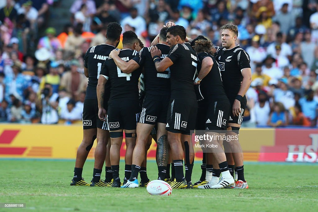 The New Zealand team form a huddle before the 2016 Sydney Sevens cup final match between Australia and New Zealand at Allianz Stadium on February 7, 2016 in Sydney, Australia.