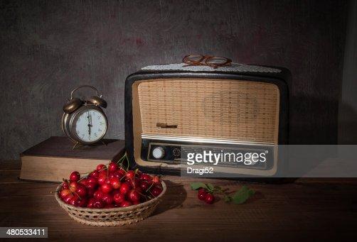 Das alte radio und frischen Kirschen : Stock-Foto