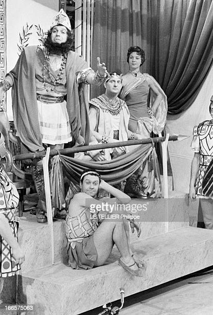 The Opera Buffa 'La Belle Helene' By Jacques Offenbach En France sur scène des comédiens en costume interprétant les personnages d' Agamemnon Ménélas...
