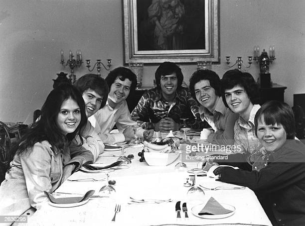 The Osmonds Marie Merrill Wayne Alan Jay Donny Jimmy gathered round the dinner table Original Publication People Disc HG0232