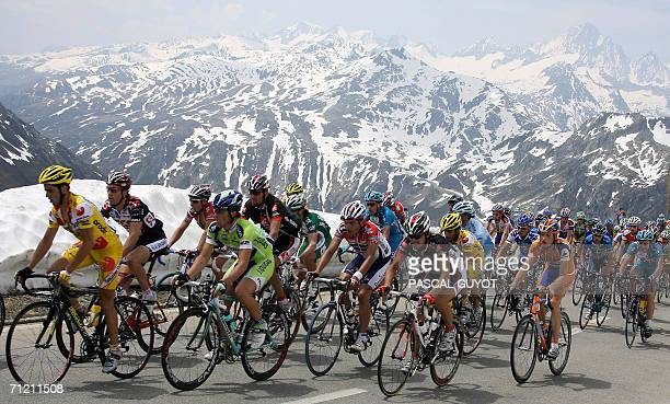 The pack rides in the mountains during the 6th stage of the 70th 'Tour de Suisse' cycling race between Fiesch and La Punt 15 June 2006 AFP...
