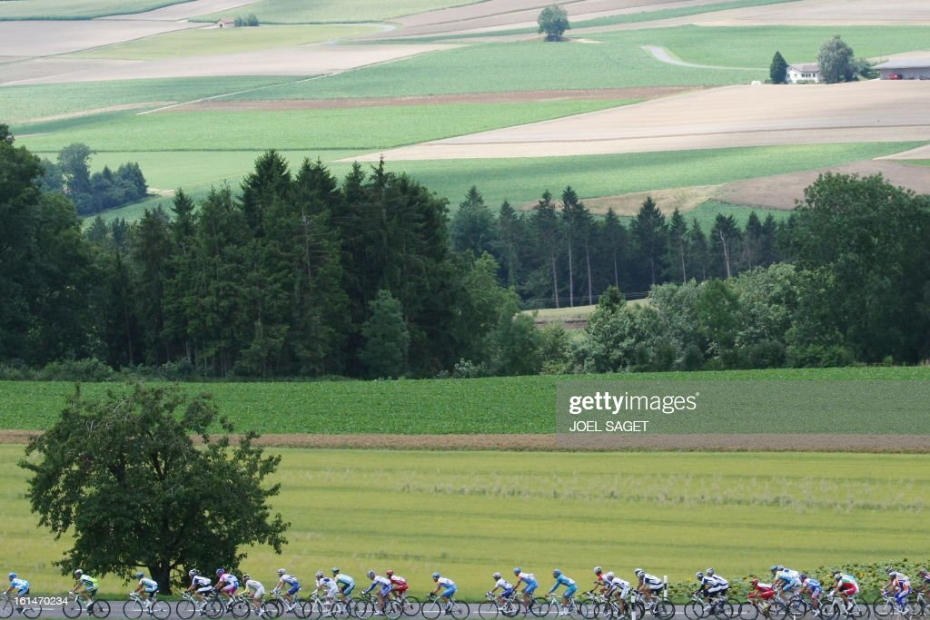 The pack rides on July 19, 2009 in the 207,5 km and fifteenth stage of the 2009 Tour de France cycling race run between Pontarlier and Verbier (Switzerland). AFP PHOTO JOEL SAGET
