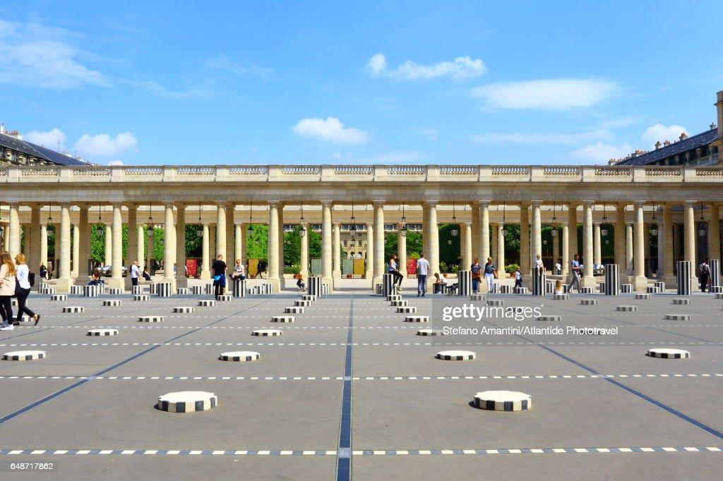 The Palais Royal, Cour (courtyard) d'Honneur, Les Deux Plateaux (also known as The Colonnes de Buren) art installation by Daniel Buren : Stock Photo