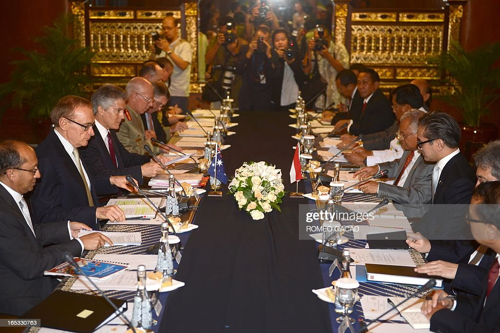 The panel of the Australian delegation led by Foreign Minister Bob Carr (2L), Defense Minister Stephen Smith (3L) and Commander of the Australian Defence Force General David Hurley (4L) hold a bilateral meeting with Indonesia's Foreign Minister Marty Natalegawa (3R), Defense Minister Purnomo Yusgiantoro (4R) and military chief Admiral Agus Suhartono (5R) in Jakarta on April 3, 2013. AFP PHOTO / ROMEO GACAD