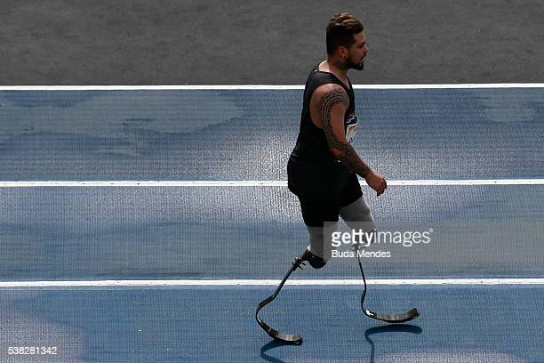 The paralympic athlete Alan Oliveira of Brazil warms up during the 'Mano a Mano' challenge at the Quinta da Boa Vista on June 5 2016 in Rio de...