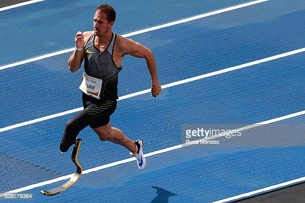 The paralympic athlete Arnu Fourie of South Africa runs during the 'Mano a Mano' challenge at the Quinta da Boa Vista on June 5 2016 in Rio de...