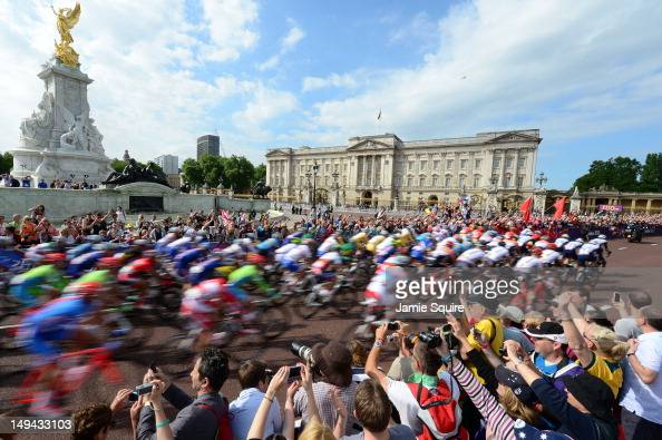 The peloton passes by Buckingham Palace at the start of the the Men's Road Race Road Cycling on day 1 of the London 2012 Olympic Games on July 28...