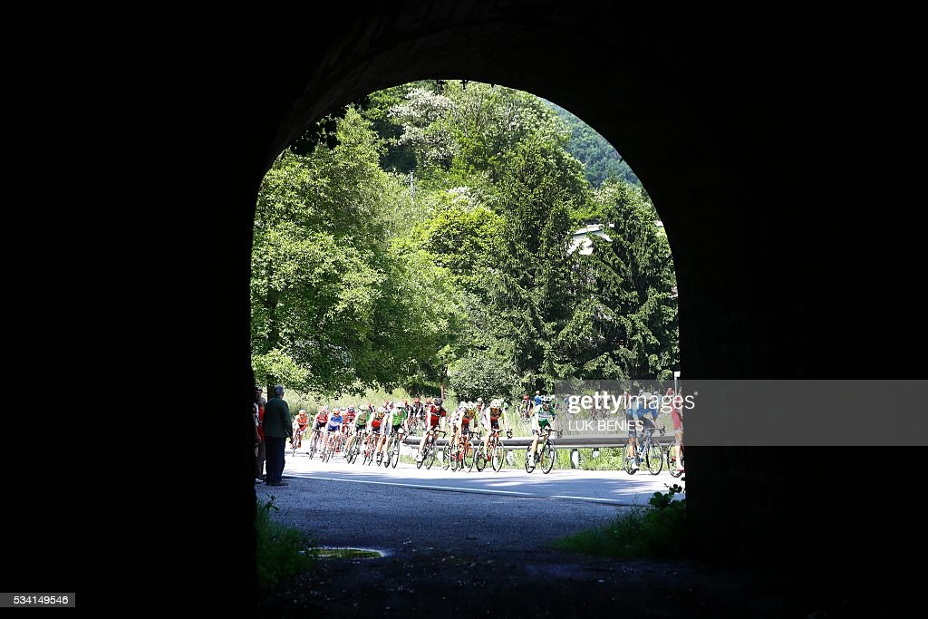 The peloton rides during the 17th stage of the 99th Giro d'Italia, Tour of Italy, from Molveno to Cassano d'Adda on May 25, 2016. / AFP / VINCENZO