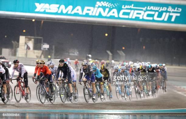The peloton rides during the final Yas Island stage of the Tour of Abu Dhabi on February 26 2017 / AFP / KARIM SAHIB