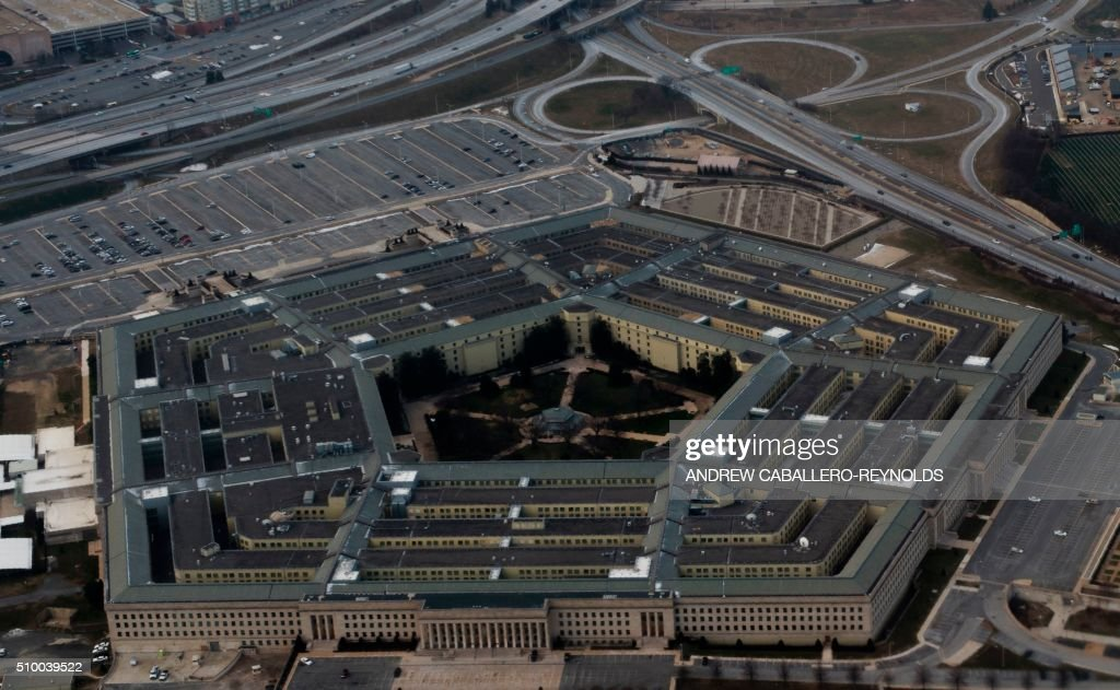 The Pentagon is seen from the air in Washington, DC on February 13, 2016. / AFP / ANDREW CABALLERO-REYNOLDS