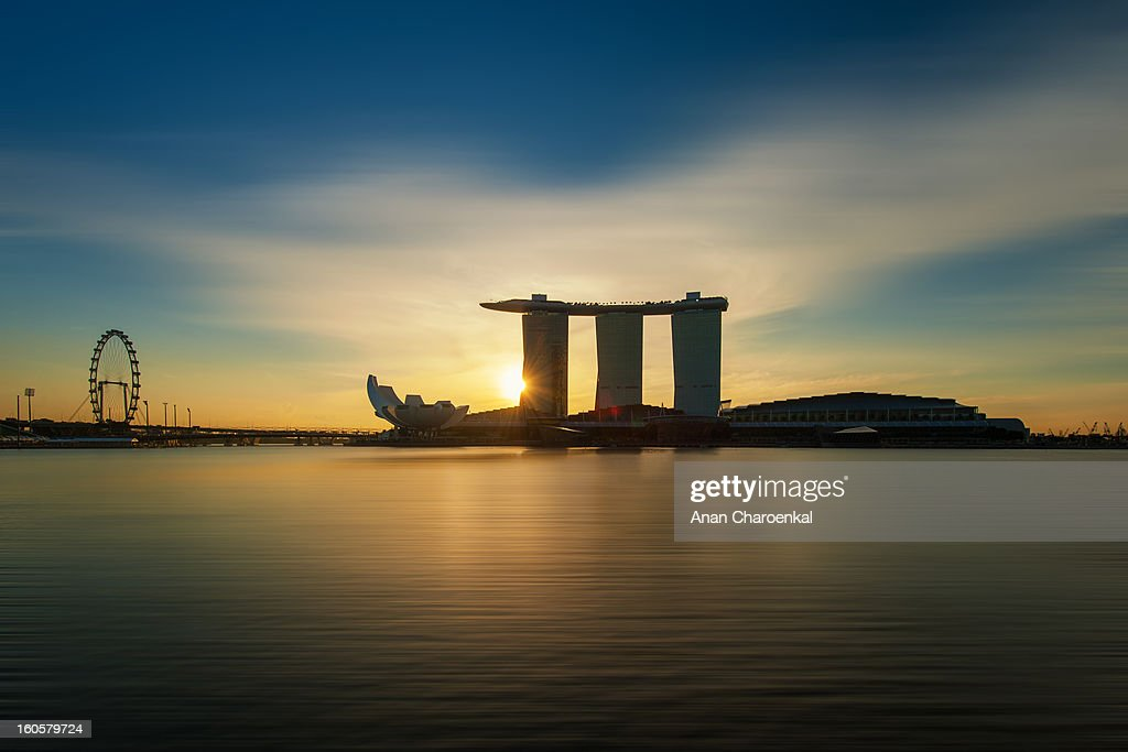 CONTENT] The photo of Marina bay sand. The biggest hotel and casino in Singapore.In the morning you can seen the visual impression beside this bay.