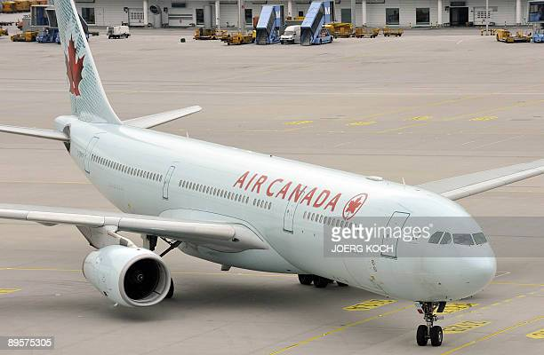 The plane of Air Canada with GermanCanadian arm dealer Karlheinz Schreiber on board arrives at the airport of Munich southern Germany on August 3...