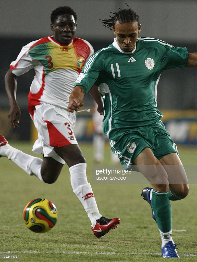 The player of 'Eagles du Mali' the Malian national football team Adama Tamboura (L) fights for the ball with Nigerian Peter Odemwingiei (R) 25 January 2008 in Sekondi during their 2008 African Cup of Nations match.