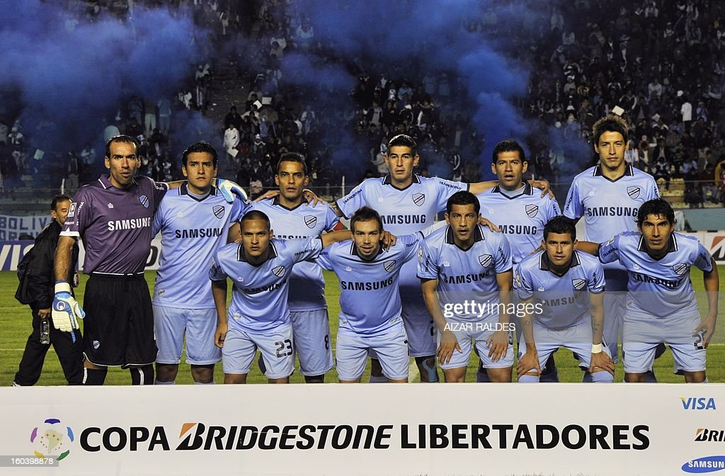 The players of Bolivia's Bolivar pose before their Copa Libertadores football match against Brazil's Sao Paulo at Hernando Siles stadium in La Paz, Bolivia, on January 30, 2013. AFP PHOTO/Aizar Raldes