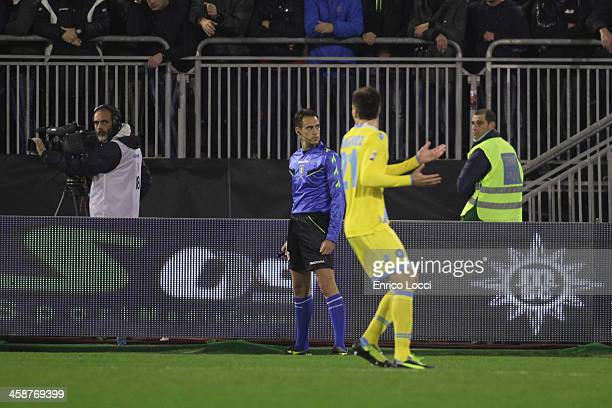 The players of Napoli dispute with assistant refree during the Serie A match between Cagliari Calcio and SSC Napoli at Stadio Sant'Elia on December...