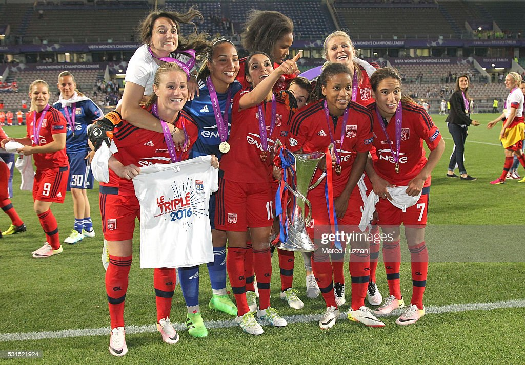 The players of Olympique Lyonnais celebrate a victory at the end of the UEFA Women's Champions League Final VfL Wolfsburg and Olympique Lyonnais between at Mapei Stadium - Citta' del Tricolore on May 26, 2016 in Reggio nell'Emilia, Italy.