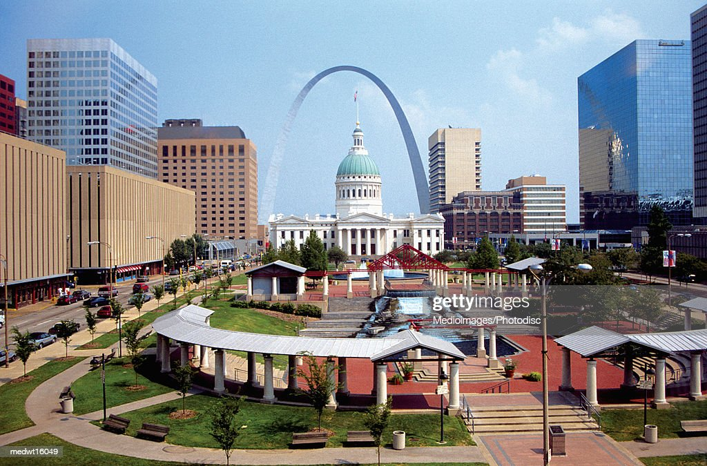 The plaza of the courthouse underneath the St. Louis Arch in Missouri, USA : Stock Photo