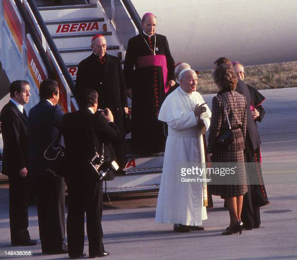 The Pope John Paul II arrives at the Barajas Airport received by the Spanish Kings Juan Carlos and Sofia 31th October 1982 Madrid Spain