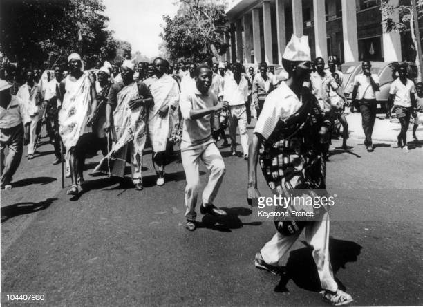 The population rejoicing from Mali's declaration of independence at that time made up of Senegal and of formerly French Sudan in Dakar in June 1960