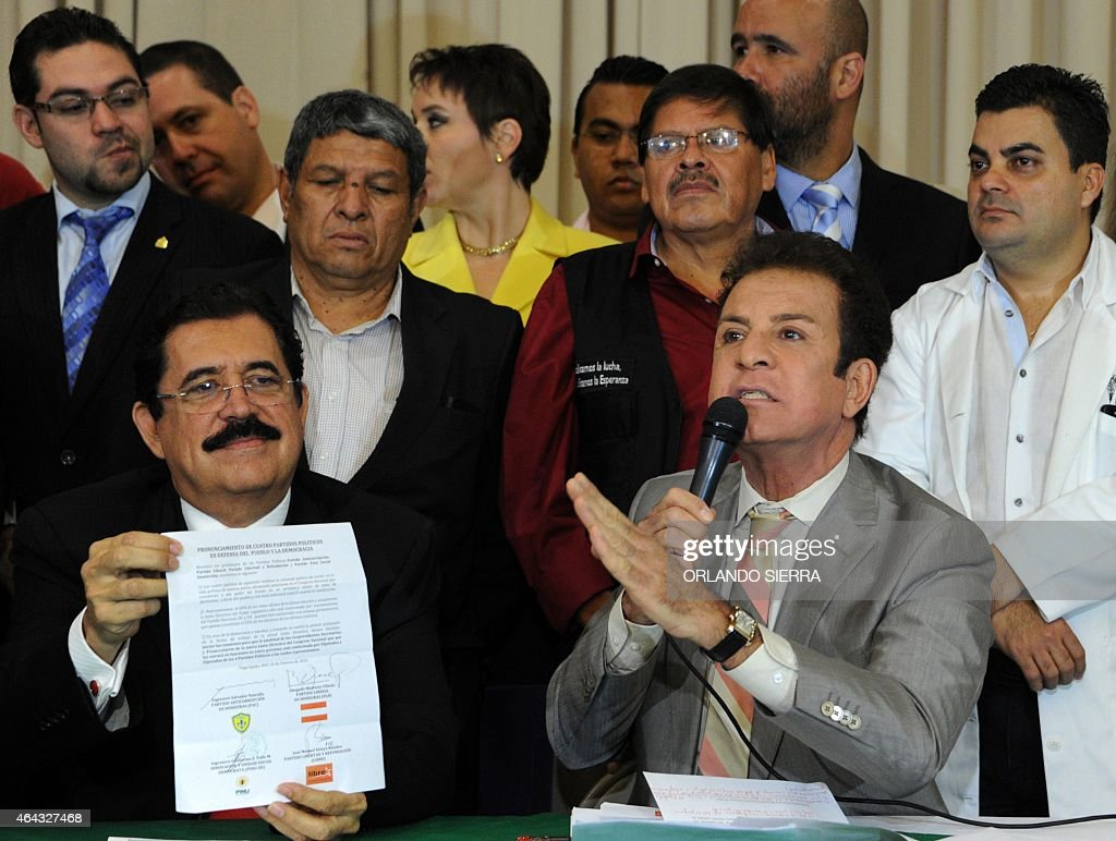 The president of the Anticorruption Party, Salvador Nasralla (R), next to the Libertad y Refundacion (LIBRE) party leader, Manuel Zelaya attend a press conference on February 24, 2015. Honduran opposition parties reject the re-election of President Juan Orlando Hernandez. AFP PHOTO/ORLANDO SIERRA