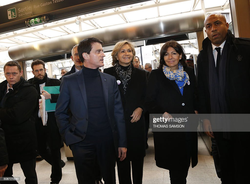 The President of the French state rail operator SNCF, Guillaume Pepy, French Prime minister Manuel Valls, the President of the regional council of the Ile-de-France region Valerie Pecresse and Mayor of Paris Anne Hidalgo attend the inauguration of the new Rosa Parks railway station in Paris on February 6, 2016. / AFP / THOMAS SAMSON