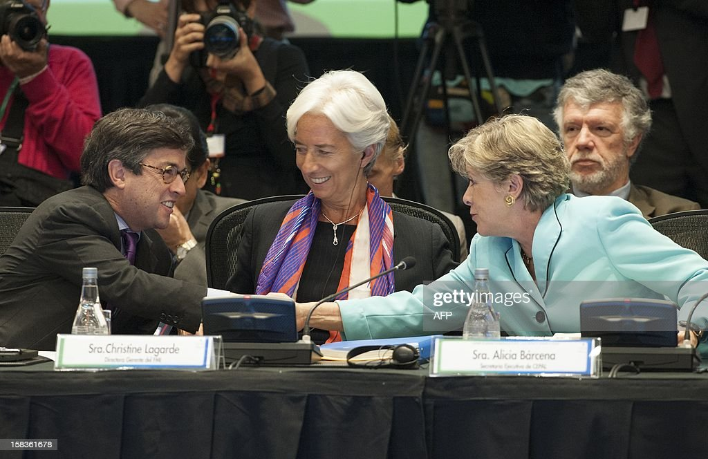 The President of the Interamerican Development Bank (IADB) Luis Alberto Moreno (L) and the Executive Secretary of the Centre of Studies for Latin America and the Caribbean in the United Nations (CEPAL) Alicia Barcena (R) shake hands while International Monetary Fund (IMF) Managing Director Christine Lagarde looks on before the opening of the Community of Latin American and Caribbean States (CELAC) summit on December 14, 2012 in Vina del Mar, Chile. AFP PHOTO / Claudio SANTANA