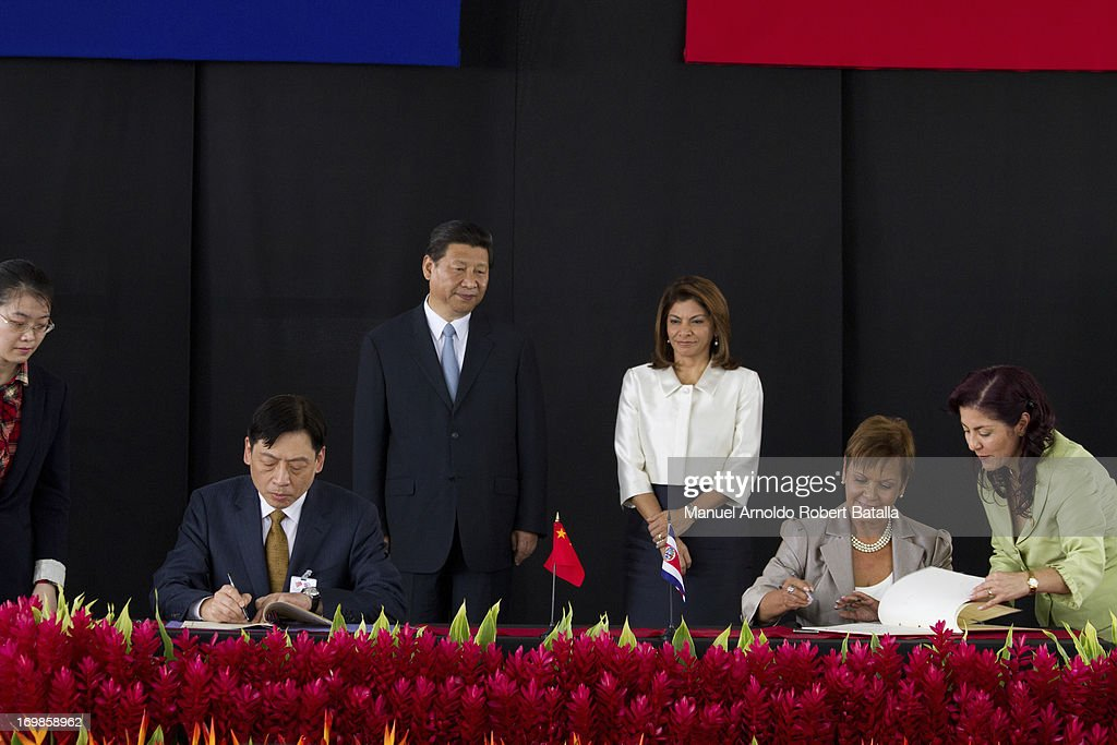 The President of the Republic of China Xi Jinping next to Laura Chinchilla President of Costa Rica during the signing of cooperation agreements on...