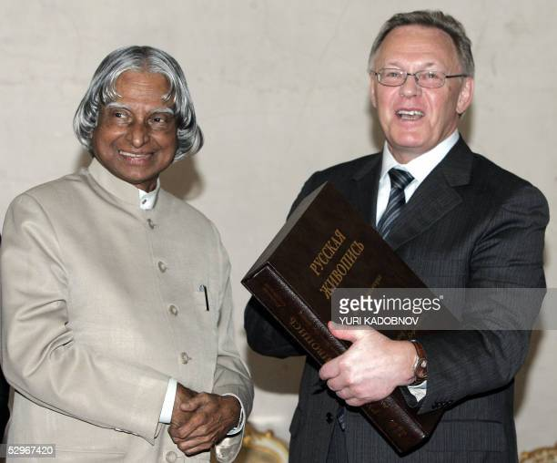 The President of the Russian Academy of Science Yuri Osipov presents an Russian Arts picture album to the Indian President Abdul Kalam in Moscow 23...