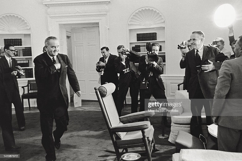 The President of the United States <a gi-track='captionPersonalityLinkClicked' href=/galleries/search?phrase=Lyndon+Johnson&family=editorial&specificpeople=91450 ng-click='$event.stopPropagation()'>Lyndon Johnson</a> being surrounded by journalists and photographers during a White House meeting with Under Secretary of State William <a gi-track='captionPersonalityLinkClicked' href=/galleries/search?phrase=Averell+Harriman&family=editorial&specificpeople=220202 ng-click='$event.stopPropagation()'>Averell Harriman</a>. Washington, 1960s