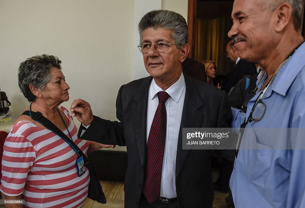 The president of the Venezuelan National Assembly Henry Ramos Allup (C) arrives to offer a press conference in Caracas on June 27, 2016. The Venezuelan opposition rejected Monday meet again in the Dominican Republic with an international mission led by the Spanish former president Jose Luis Rodriguez Zapatero that seeks to foster a dialogue with the government of president Nicolas Maduro over the political crisis in the country. / AFP / JUAN