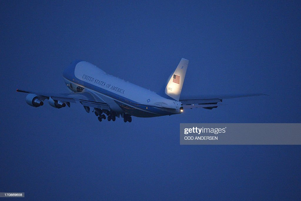 The presidential plane Air Force One flies after departing from the airport in Berlin on June 19, 2013. Obama said Russian and US nuclear weapons should be slashed by up to a third in a keynote speech in front of Berlin's iconic Brandenburg Gate in which he called for a world of 'peace and justice'. AFP PHOTO / ODD ANDERSEN