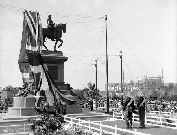 The Prince of Wales at the unveiling ceremony of the King Edward VII Memorial in Delhi India during his tour of japan and the East By his side is the...