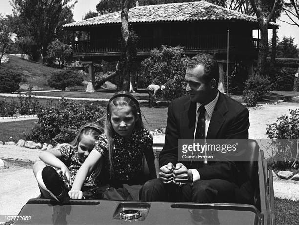 The princes Juan Carlos of Borbonin the gardens of the Zarzuela Palace with their daughters Cristina and Elena 19730101 Madrid Spain