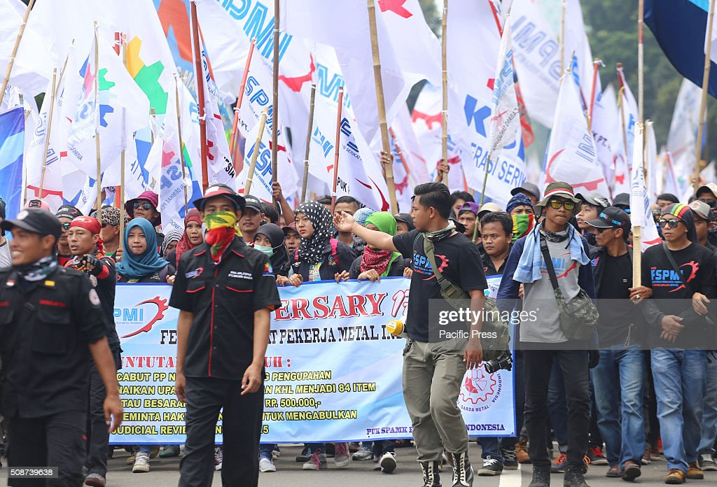 The protesters from Indonesian Trade Union Confederation (KSPI) wave flags resisting layoffs (layoffs) and reject the low wages. The demonstration started from the front of the horse statue, passing in front of the National Palace and ended at the Supreme Court Building.