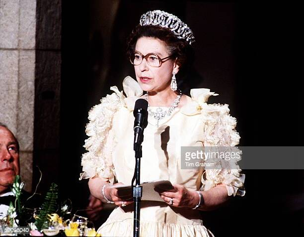 The Queen Makes A Speech At A Banquet At The De Young Museum Wearing A Dress With Bows And Frills Of Which American And British Papers Were Critical