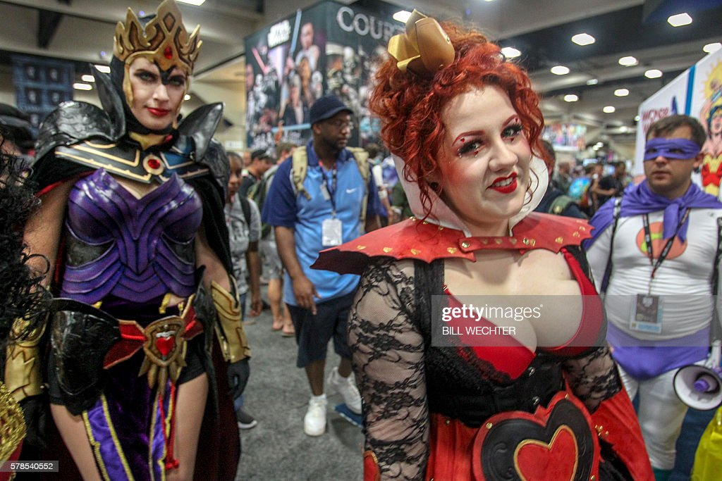 The Queen of Hearts from Alice in Wonderland leads her entourage through Comic-Con International 2016 in San Diego, California on July 21, 2016. / AFP / Bill Wechter