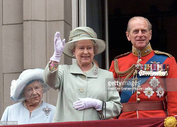 The Queen Waving To The Crowds From The Balcony Of Buckingham Palace London The Queen Mother And Prince Philip [ Duke Of Edinburgh ] Accompany Her...