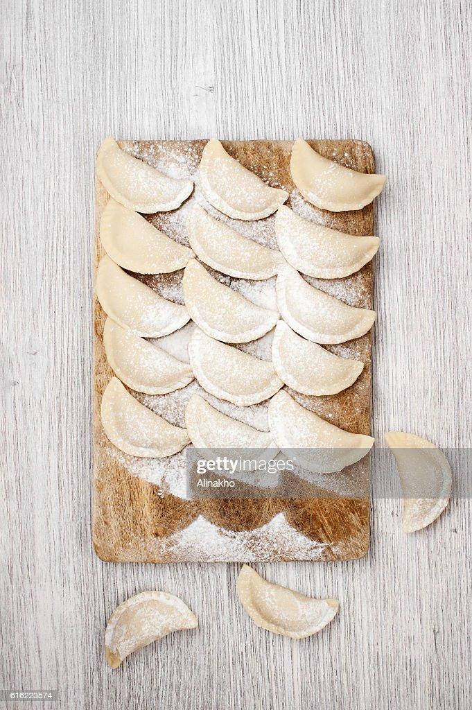 The raw dumplings lie on the board : Stockfoto